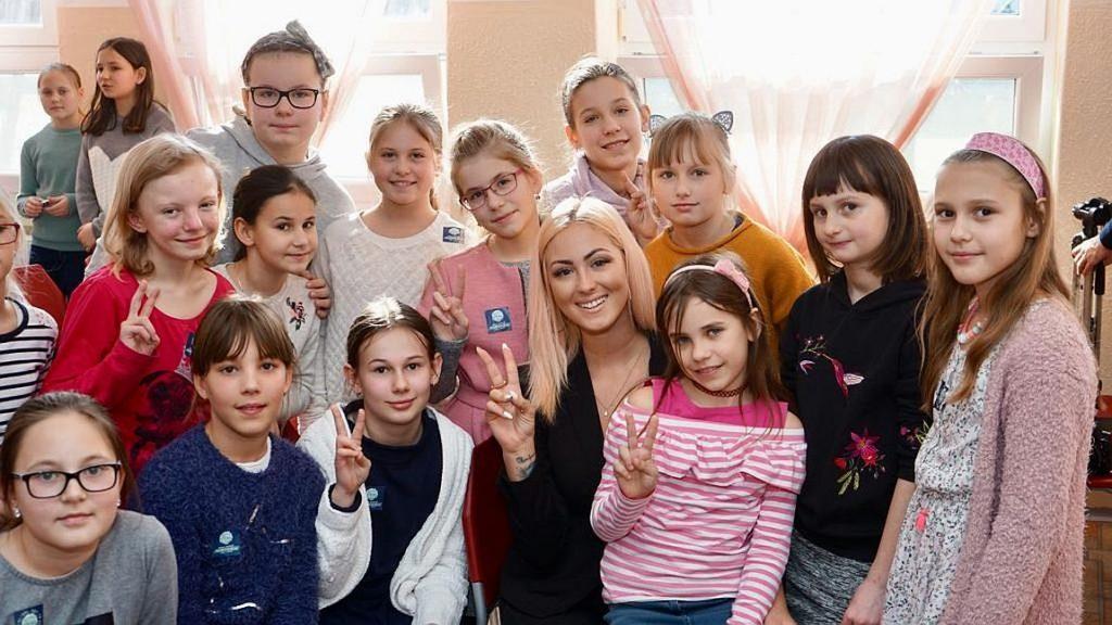 Speváčka Aless s deťmi